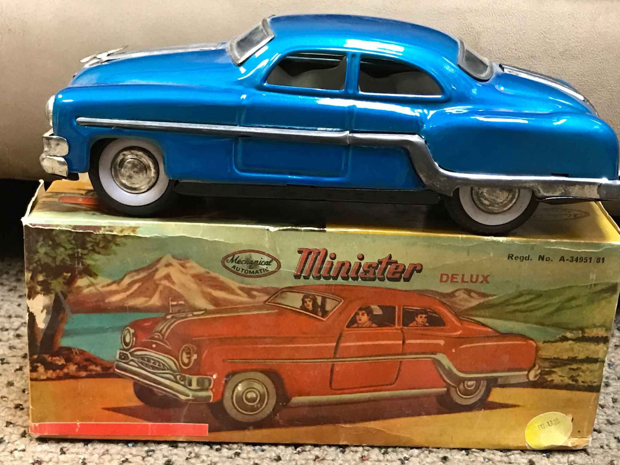 Vintage Battery Operated Old Fashioned Car Tin Toy Working.